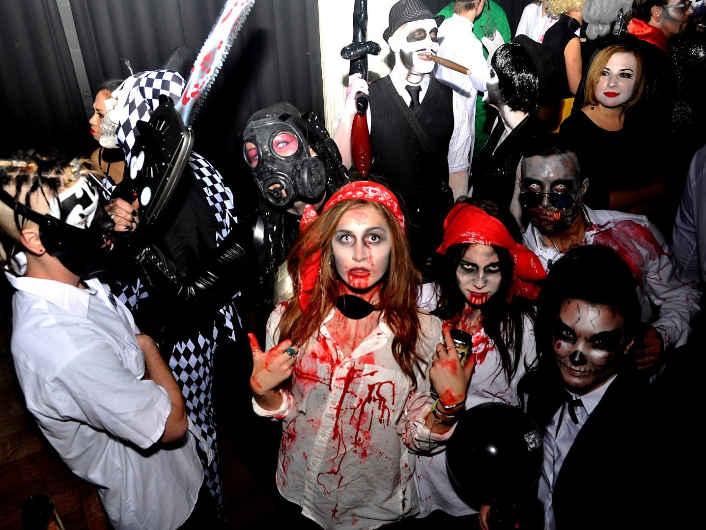 На хэллоуине выступят ведущие музыкальные коллективы этого направления: погрузитесь в ретро-атмосферу песен х годов прошлого века вместе с проектом discoteka 90 от yotaspace.