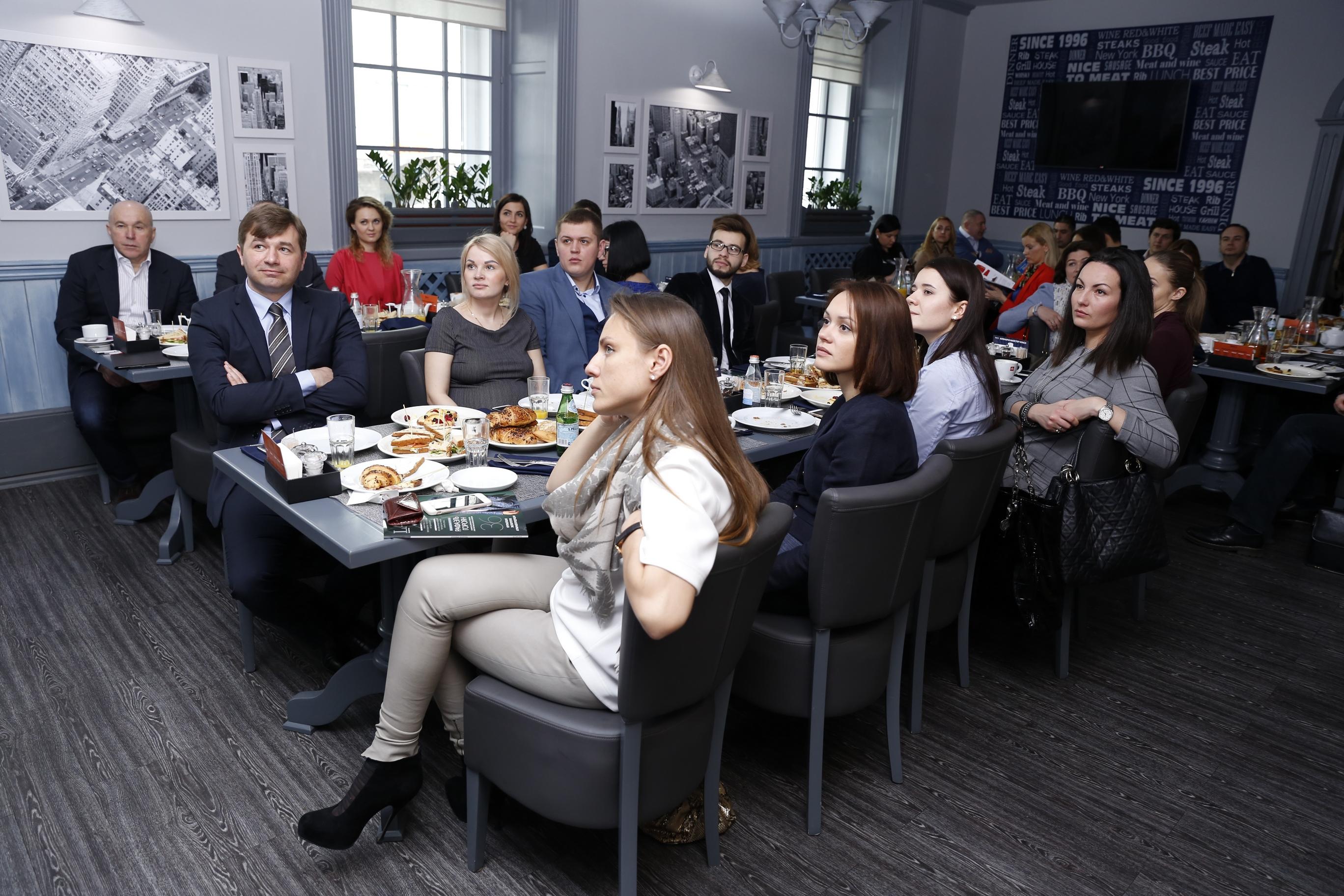 организация бизнес завтраков